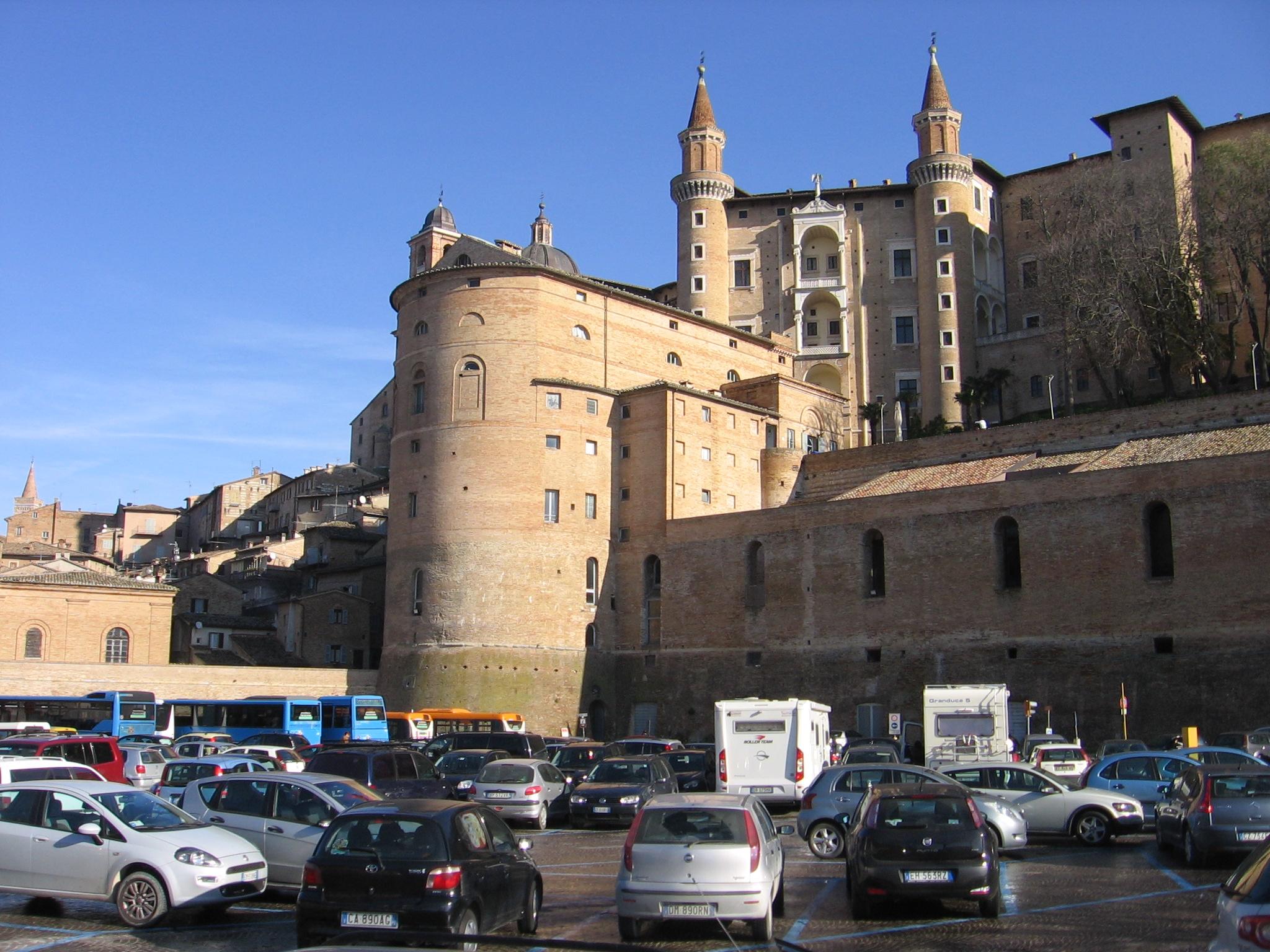 """automezzi a noleggio la possibilit di raggiungere Urbino significa incrementare il turismo """"mordi e fuggi"""" e l incapacit di prendere il reale"""